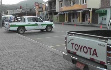 (Video) Peatones no utilizan paso cebra, camionetas ocupan la mayoría de espacio para estacionarse