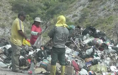 (Video) Recicladores y trabajadores municipales laboran sin protección en el relleno sanitario