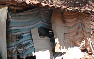 (Video) Un año después que el fuego consumiera vivienda, familia continúa viviendo en condiciones deplorables