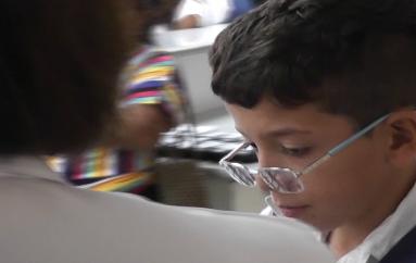 (Video) Distrito de Salud realizó exámenes y entregó lentes gratuitamente a 191 estudiantes