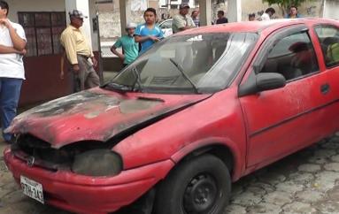 (Video) Moradores del Porvenir intervienen apagando un vehículo que ardió en llamas