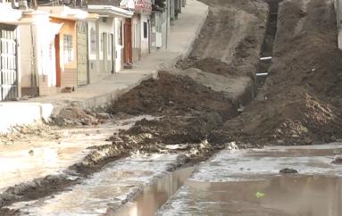 (Video) Inició trabajo de colocación de tubería para alcantarillado en calles de Nueva Esperanza