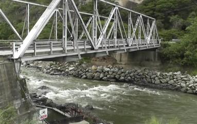 (Video) Alcaldesa de Catamayo considera que el puente sobre el río Boquerón debe ser cambiado