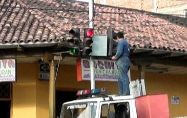 (Video) Semáforos del centro de la ciudad de Catamayo fueron reparados.