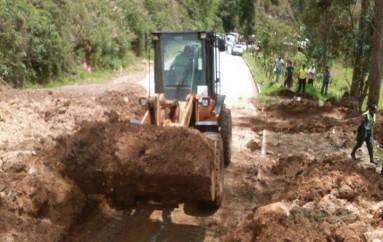 (Video) Vía Loja- Oña sector la Chorrera habilitada al tránsito vehicular  en solo carril.