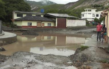 (Video) Lluvias causaron afectaciones a moradores y estudiantes del Barrio Nueva Esperanza.