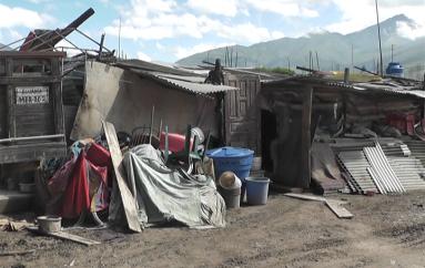 (Video) Familia continúa viviendo en condiciones precarias, tras un año de su desalojo