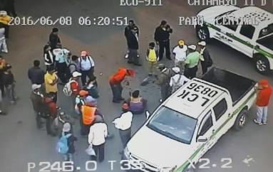 (Video) Cámara del Ecu911 registró accidente entre una camioneta y una moto.