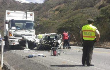 (Video) Dos personas murieron y otras dos resultaron graves en accidente en la vía Catamayo-Loja.