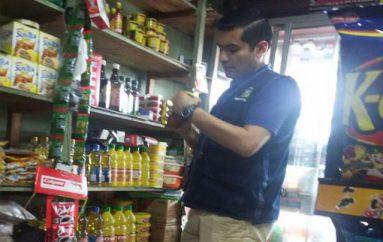 (Video) 310 productos caducados y licor artesanal fueron decomisados por el Comisario de Policía.