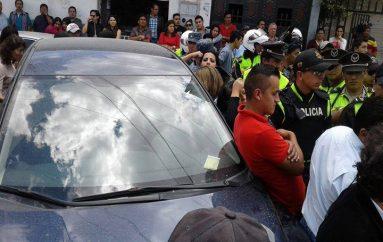 (Video) Retienen vehículo de periodista lojano por no contar con revisión vehicular.