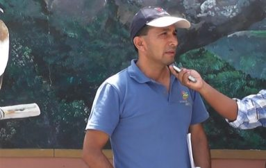 (Video) Comisario de Ornato alerta a personas que trabajan con triciclos sobre uso de documento