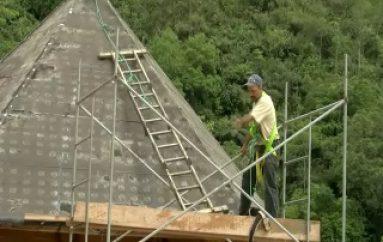 (VIDEO) Cubiertas de Cabañas Shuar son atendidas por ENSEPTUR