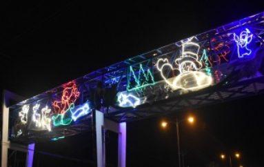 (VIDEO) Puente Peatonal con Figuras Navideñas en Zamora
