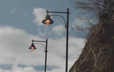 (Video) Luminarias en el parque mirador La Cruz permanecen encendidas durante el día.