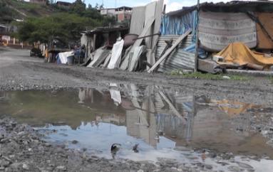 (Video) Aún no se cumplen ofrecimientos de autoridades, familia sigue viviendo en la calle