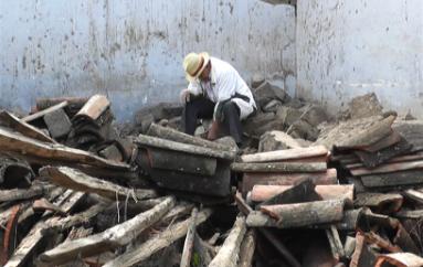 (Video) Casa de adobe de adultos mayores colapsó a causa de las lluvias.
