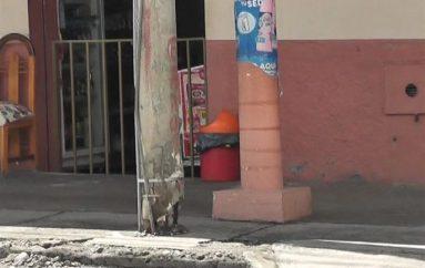 (Video) El mal estado de un poste de luz preocupa a moradores.