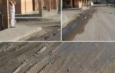 (Video) Aguas de alcantarilla estancadas en calle de La Vega, moradores reclaman al Municipio
