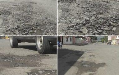 (Video) Baches en varias calles centrales de Catamayo preocupan a conductor