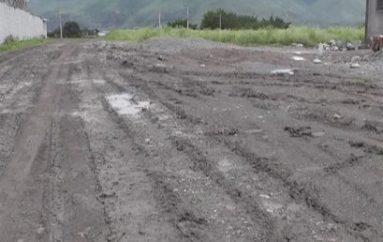 (Video) Moradora pide al Gobierno Local el lastrado de calles