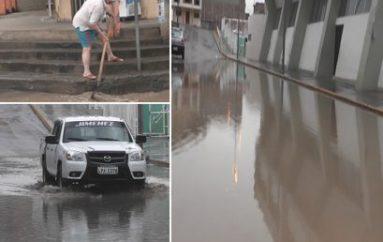 (Video) Pocos minutos de lluvias inundaron algunas calles de Catamayo