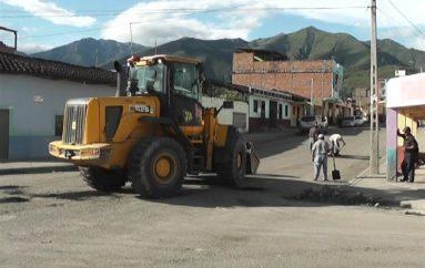 (Video) Personal del Departamento de obras públicas realizó trabajos de bacheo en calles de Catamayo.