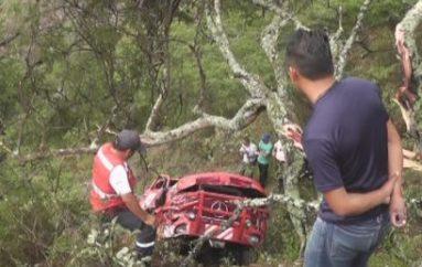 (Video) Grúa se precipitó 100 metros a un costado de la vía Catamayo – Loja