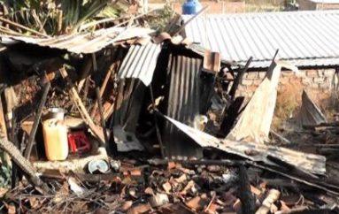 """(Video) Incendio consumió enseres y una parte de la casa de humilde familia en """"Las Colinas"""""""