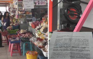 (Video) Funcionario municipal basado en ordenanza prohíbe a comerciantes oír radio