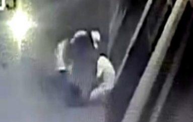 (Video) Cámaras de seguridad registran brutal agresión y robo a ciudadano en las afueras de un bar