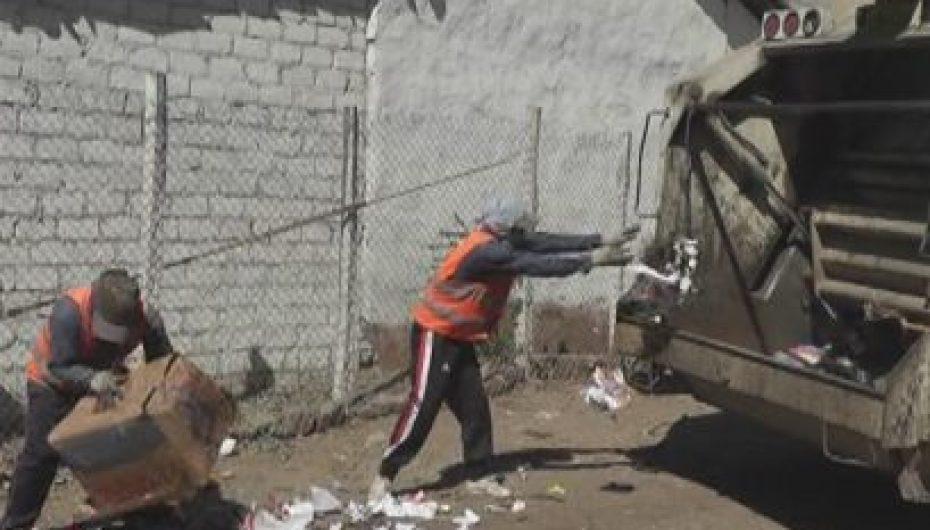 (Video) Calle cercana al parque central es utilizada como botadero de basura