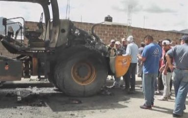 (Video) Fuego incineró el único rodillo del Gobierno local de Catamayo, la máquina quedó inservible