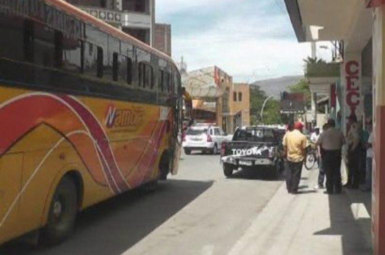 (Video) Daños materiales tras impacto de bus a camioneta particular