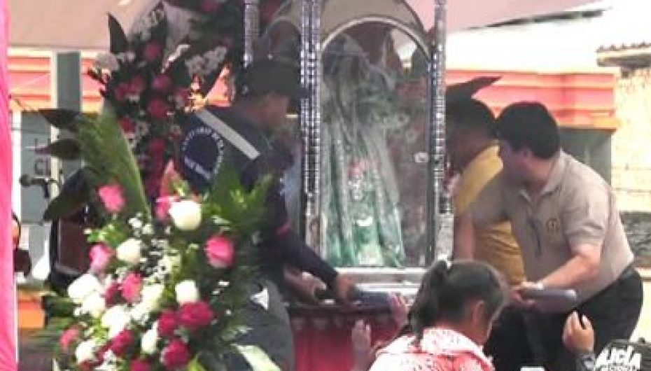(Video) Con cánticos y aplausos fieles devotos recibieron a la virgen de El Cisne en Catamayo