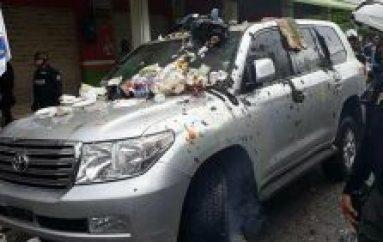 En Quinindé echan basura al carro de expresidente Rafael Correa
