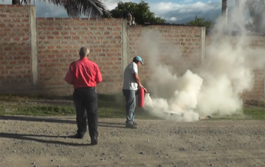 (Video) Cuerpo de Bomberos realiza capacitaciones sobre el uso correcto de los implementos de seguridad.