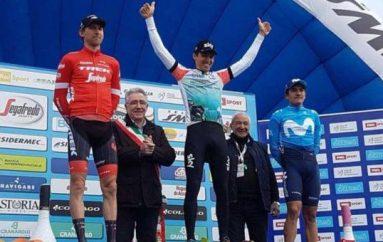 Richard Carapaz se subió al podio de la Semana Internacional Coppi y Bartali