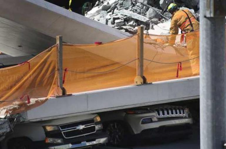 Cuatro fallecidos por el colapso de un puente peatonal en Miami