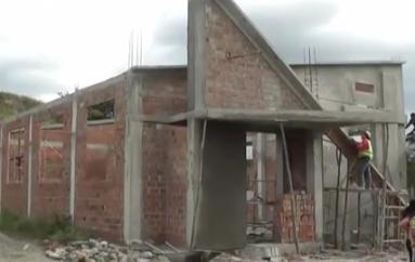 """(Video) Moradores y la Prefectura de Loja trabajan en construcción de capilla en """"Los Ceibos"""""""