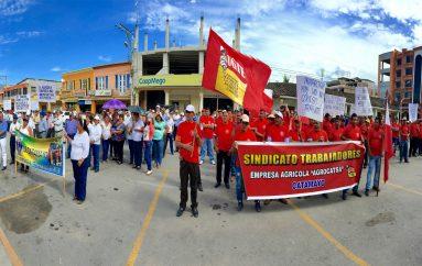 Con pancartas y gritando consignas de unidad, trabajadores de Catamayo marcharon el 1 de mayo.