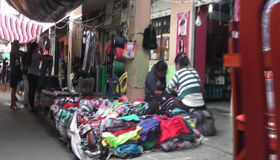 Espacios destinados a la libre movilidad de peatones son ocupados por comerciantes
