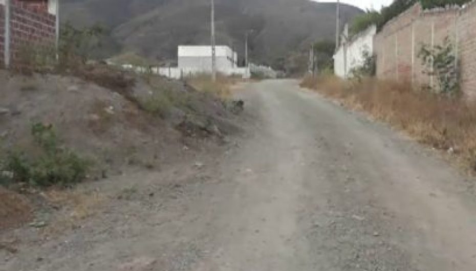 (Video) Materiales de construcción obstaculizan la libre circulación de los vehículos en el sector 15 de Noviembre.
