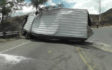 Dos heridos tras volcamiento de camión en la vía Loja – Catamayo