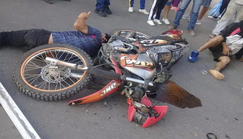 Un ciudadano con heridas graves tras impacto de moto contra camioneta