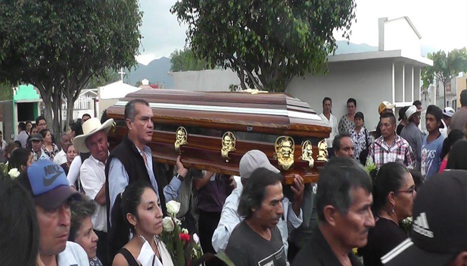 Familiares y amigos dieron el último adiós a víctimas del accidente en la vía Loja – Catamayo.