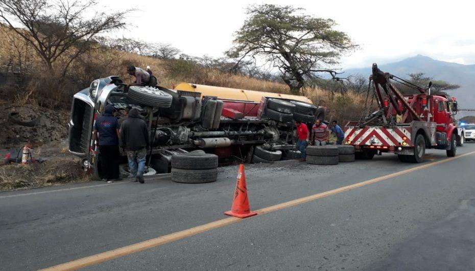 (Video) Tanquero que transportaba combustible sufrió volcamiento, por un posible intento de adelantamiento.