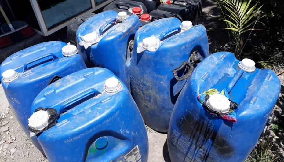 (Video) Aproximadamente 450 litros de licor artesanal fueron decomisados durante operativo.