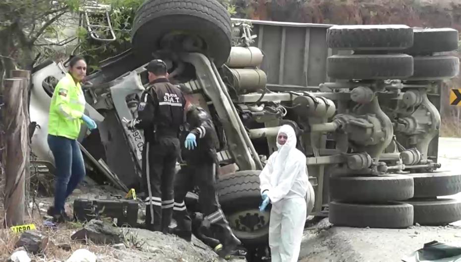 (Video) Accidente de tránsito en la vía Loja-Catamayo deja como resultado cinco personas fallecidas.