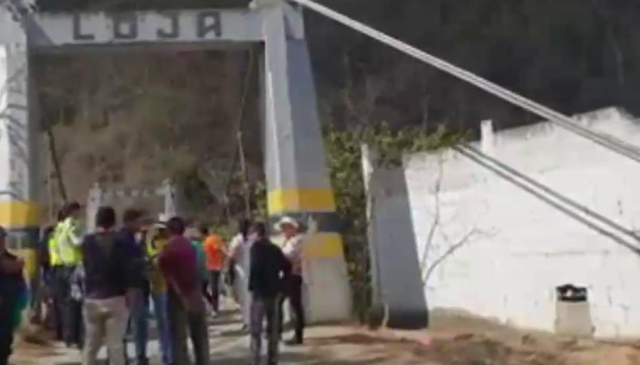 (Video) Habitantes de Zambi y Portovelo en zozobra por vehículos que no quieren transitar en puente.